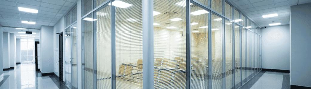 Bureaux à partitionnements de verre
